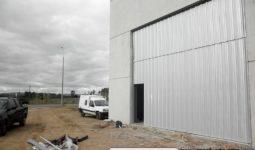 Portón basculante con sistema tijera usado especialmente para portones de grandes dimensiones.
