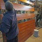 Porton de madera y vidrios en el taller en construccion